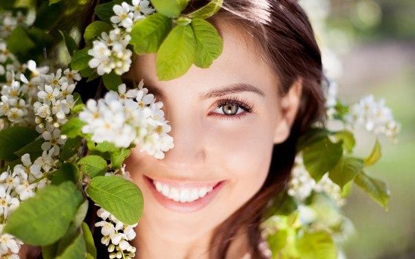 """С целым миром спорить я готов, Я готов поклясться головою В том, что есть глаза у всех цветов, И они глядят на нас с тобою. Помню как-то я в былые дни Рвал цветы для милой на поляне, И глядели на меня они, Как бы говоря: """"Она обманет"""". Я напрасно ждал, и звал я зря, Бросил я цветы, они лежали, Как бы глядя вдаль и говоря: """"Не виновны мы в твоей печали"""". В час раздумий наших и тревог, В горький час беды и неудачи Видел я, цветы, как люди плачут, И росу роняют на песок. Мы…"""