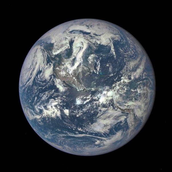 Получен уникальный по качеству снимок Земли. Он сделан при помощи аппарата Deep Space Climate Observatory, запущенного в космос 11 февраля 2015 года.