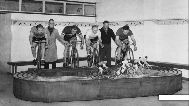 Тренажер для велосипедистов, как быстро ты крутишь педали на тренажере, так быст...