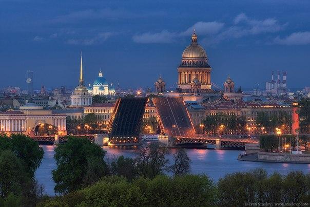 Разведенный Дворцовый мост. Санкт-Петербург. Автор фото: Иван Смелов.