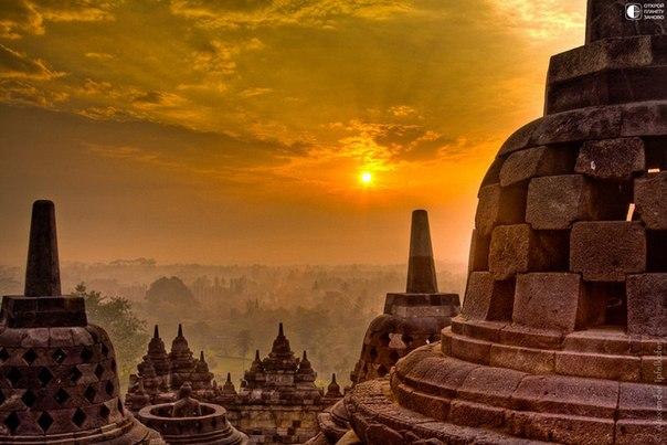 Рассвет возле ступы Боробудур,Индонезия.