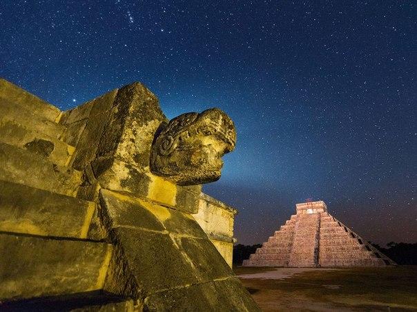 Древняя архитектура в Чичен-Ице, Мексика
