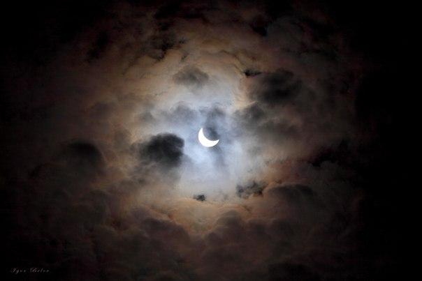 Подборка фотографий, сделанных сегодня нашими читателями во время солнечного затмения.