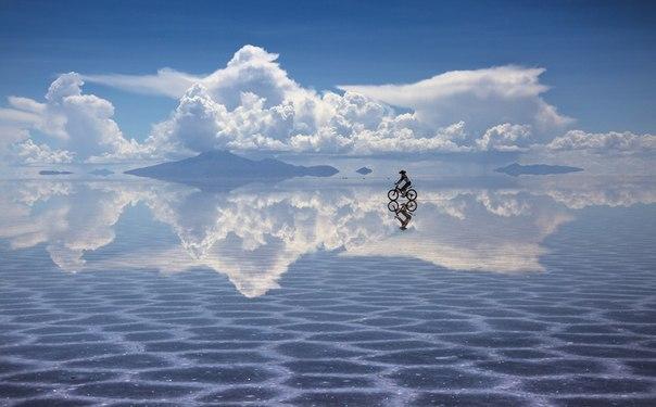 Андрей Андреев, автор фото: «Невероятное ощущение от возможности кататься по небу можно получить в Боливии на солончаке Уюни. В короткий период после зимних дождей на поверхности солончака сохраняется небольшой слой воды, показывающий мир наоборот».