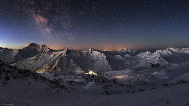 Главный Кавказский хребет перед рассветом. Фотограф — Александр Трашин