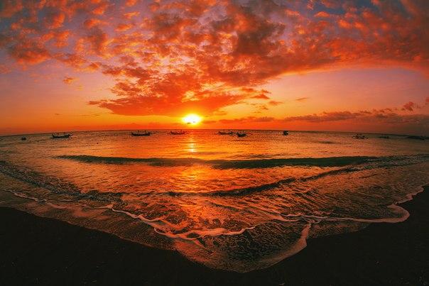 Закат на острове Бали, Индонезия. Автор фото — Денис Ожигин: nat-geo.ru/photo/user/163879/ Доброй ночи.
