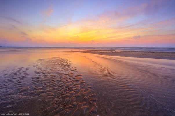 Майский закат на Каспийском море. Пляж в посёлке городского типа Кюрдаханы, Азербайджан. Автор фото — Lyokin: nat-geo.ru/photo/user/45802 Доброй ночи.