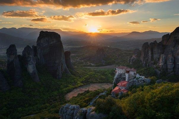 Монастырский комплекс Метеоры, Греция. Автор фото — Вишняков: nat-geo.ru/photo/user/53025/ Доброй ночи.