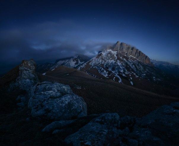 Гора Ачешбок, Западный Кавказ. Автор фото — Ольга Потапова: nat-geo.ru/photo/user/50898/ Спокойной ночи.