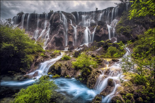 Водопад в заповеднике Цзючжайгоу, Китай. Автор фото — Михаил Воробьёв: nat-geo.ru/photo/user/9758/