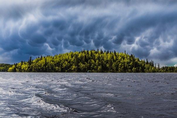 Трубчатые облака. Озеро на Соловецких островах. Автор фото — Николай Гернет: nat-geo.ru/photo/user/16494/