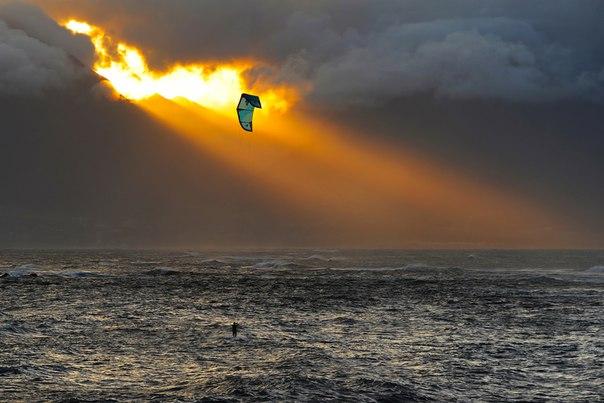 Кайтсерфер на острове Маиу. Гавайи. Автор фото — Жахонгир Каримов: nat-geo.ru/photo/user/190811/