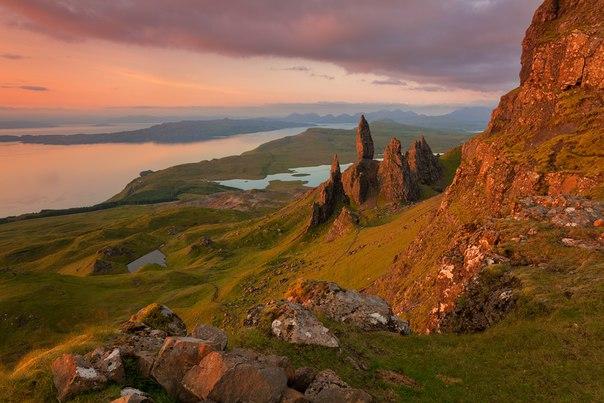 Alex Darkside, автор фото: «Старик Сторр — скала на острове Скай в Шотландии. Живописное место, которое заслуженно пользуется популярностью среди туристов. На снимке можно разглядеть шестерых фотографов, пришедших навестить старика на рассвете». Сможете найти их всех?