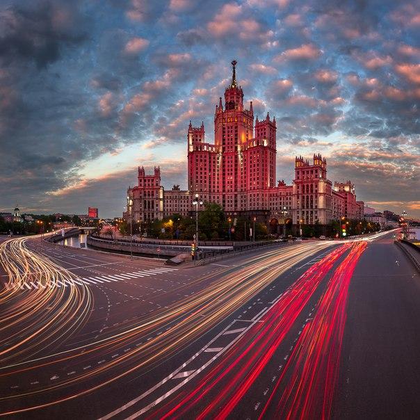Высотка на Котельнической набережной, Москва. Автор фото — Андрей Омельянчук: nat-geo.ru/photo/user/164425/ Доброй ночи.