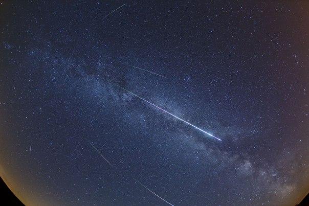 Сегодня ночью в небе можно будет увидеть Персеиды - метеорный поток, идущий со стороны созвездия Персея. Будем надеяться, что погода не подведет: nat-geo.ru/~dpf
