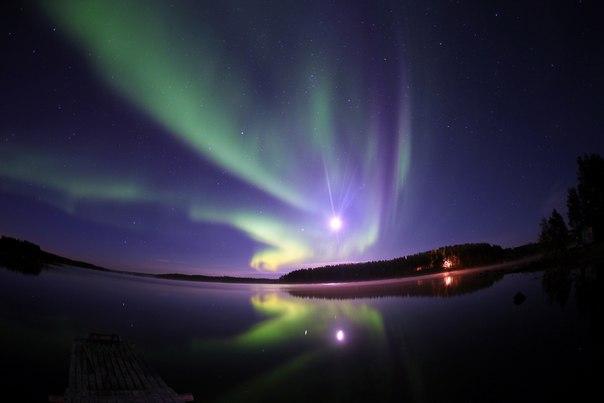 Полярное сияние над Белым морем. Автор фото — Александр Губин: nat-geo.ru/photo/user/245491/ Спокойной ночи.