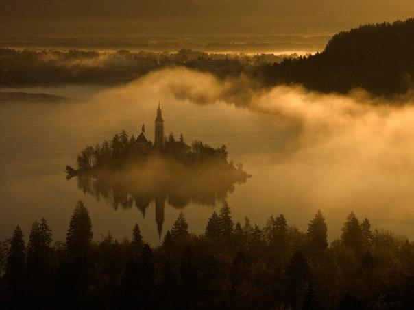 Бледское озеро, Словения. Автор фото — Петр Банный: nat-geo.ru/photo/user/25741/