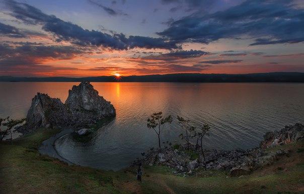 Скала Шаманка. Остров Ольхон, Байкал. Автор фото — Женя Сайфутдинов: nat-geo.ru/photo/user/117098/ Спокойной ночи.