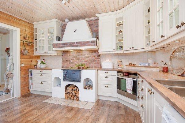 Светлая кухня в деревянном доме (1 фото) - картинка