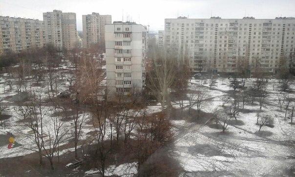 Екатерина любуется чудесным весенним пейзажем одного из дворов Харькова.