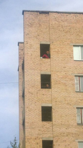 В Татарстане школьница после ссоры с парнем пыталась выброситься из окна
