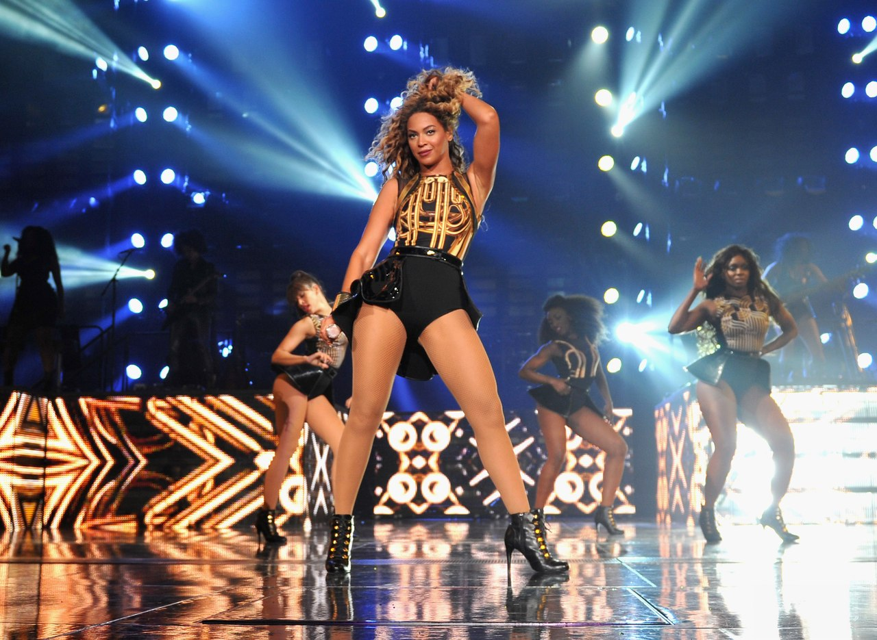 фигуристые девушки на сцене с музыкой видео