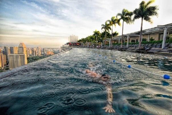 «Заплыв на крыше». Бассейн на крыше отеля Marina Bay Sands в Сингапуре. Автор фото — Оксана Ващук