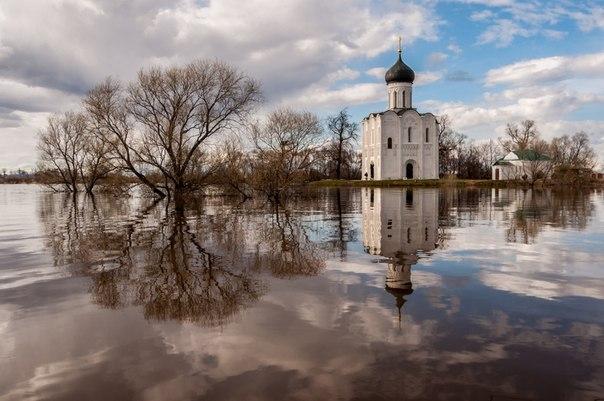 «Большая вода». Церковь Покрова на Нерли, Владимирская область. Автор фото — Татьяна Белякова