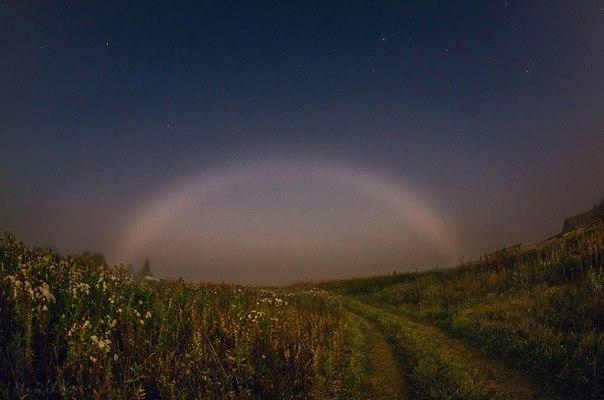 Марина Мурашова, автор фото: «В ту ночь стоял густой туман, луна светила в небе, как фонарь, и стечение этих двух обстоятельств (густой туман и яркая луна) создали не такое уж частое явление — лунную радугу». Доброй ночи.