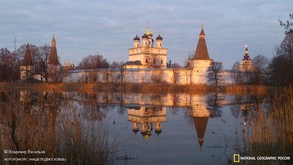 Иосифо-Волоцкий монастырь на рассвете, Волоколамский район. Автор фото — Владимир Васильев