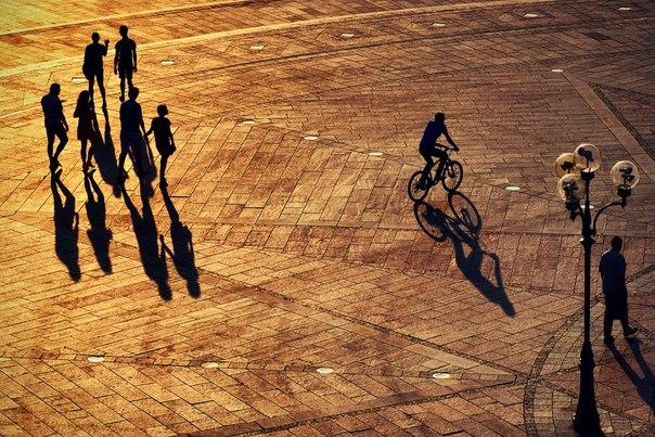 «Кто куда». Силуэты прохожих в лучах вечернего солнца. Автор фото — Александр Кузнецов