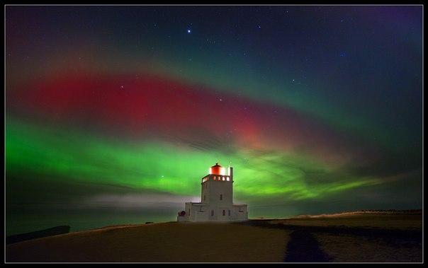 Северное сияние над маяком на юге Исландии. Автор фото — Виктория Роготнева: Спокойной ночи!
