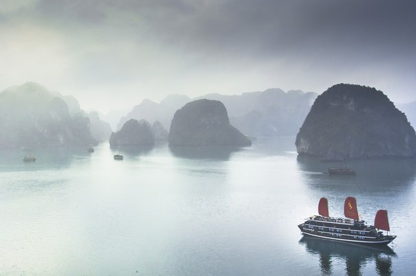 Бухта Халонг в тумане, Вьетнам. Автор фото — Валерий Ряснянский
