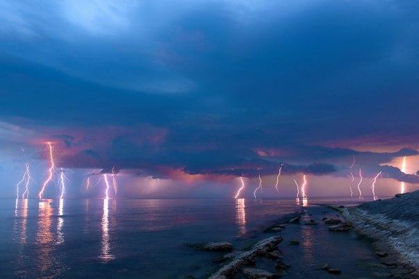 Гроза у побережья Черного моря в районе Анапы. Автор фото — Алексей Яковлев: Доброй ночи!