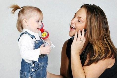 10 ПРАВИЛ: КАК НАУЧИТЬ РЕБЕНКА ПРАВИЛЬНО ГОВОРИТЬ 1. В первые месяцы после рождения малыш все свое время проводит с мамой, она нужна ему для полноценного развития. Мама наклоняется к малышу, заглядывает в личико, ласково воркует с ним, интуитивно выбирая правильный способ общения. Важно, чтобы мама постоянно разговаривала с ребенком, напевала ему: А-а-а! О-о-о! Чтобы малыш видел лицо мамы, видел ее артикуляцию. 2. Разговаривайте с ребенком обо всем, комментируйте все свои действия: «Вот мама…