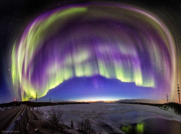 Полярное сияние над озером Имандра, Мурманская область. Автор фото: Валентин Жиганов. Спокойной ночи!