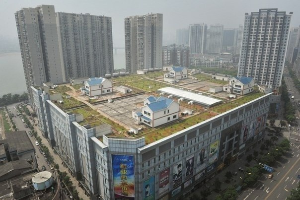 Частные дома на крыше восьмиэтажного торгового центра, Чжучжоу, Китай.