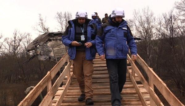 В Станице Луганской соорудили деревянный помост на месте взорванного пролета моста через Северский Донец.
