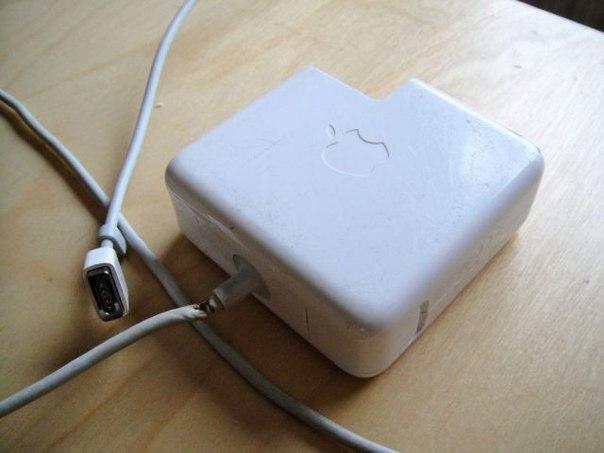 Аксессуар Pyton защищает от повреждений кабель адаптера MacBook Необходимость сматывать кабель знакома не только тем, кто работает с профессиональным аудиооборудованием или связистам, но и пользователям электроники. Наверняка вы сталкивались с тем, что провода от наушников и кабель для зарядки телефона в сумке скрутились в ласточкино гнездо, а шнур от ноутбука постоянно мешается под ногами. Помимо неудобств, такое хранение приводит к повреждению кабеля. Компания Linquisitive представила…