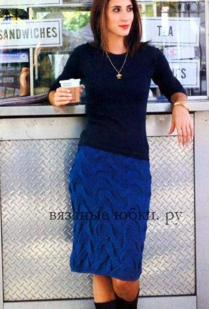 Синяя вязаная юбка из кос (спицы)