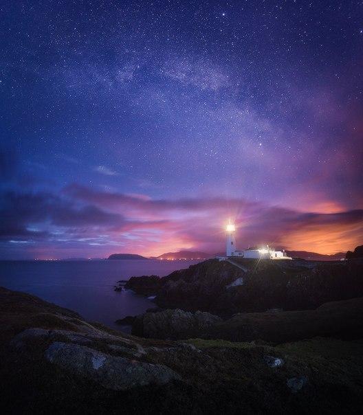 Маяк на мысе Фанад в Ирландии. Автор фото – Даниил Коржонов. Спокойной ночи.