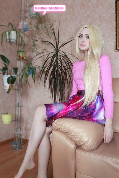 Розовый свитер + юбка с космическим принтом.