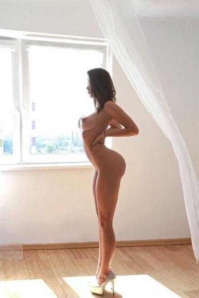 foto-krasivih-devushek-s-dlinnimi-nogami-golie