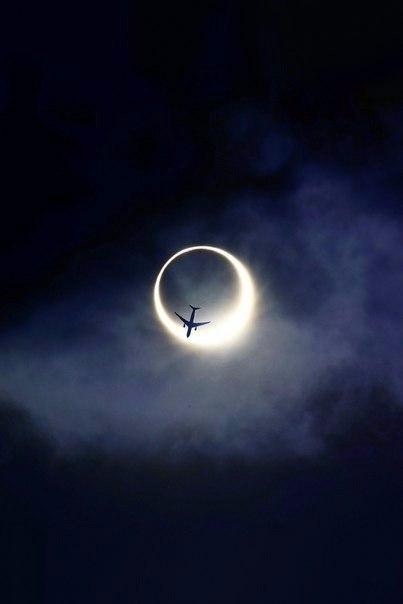 Пролетающий самолет на фоне солнечного затмения.