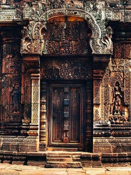 Фасад храма Бантеайсрей в Камбодже поражает количеством деталей на фасаде храма. Он считается одним из самых красивых и интригующих храмом во всем мире.