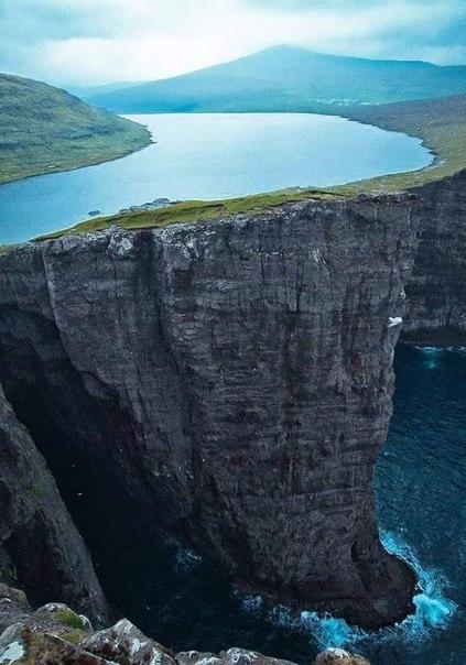 Сорвагсватн - озеро над океаном.