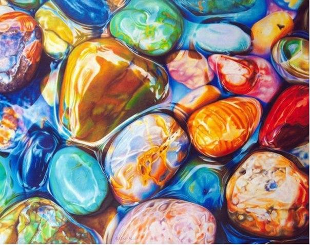 Картины, которые хочется потрогать Американская художница Эстер Рой рисует при помощи цветных карандашей и воска невероятно реалистичные картины. Эта техника называется «Икар» (Icarus Drawing Board) — используется специальная доска, определенные фрагменты которой нагреваются и позволяют растопить воск, благодаря чему удается добиться плавных переходов и удивительной мягкости в картинах.