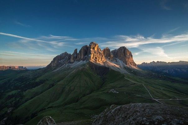 Рассвет в Доломитовых Альпах, Италия. На фото - вершина Лангкофел. Автор — Дмитрий Купрацевич