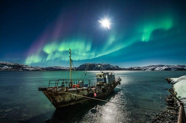 «На краю света». Всполохи полярного сияния, Мурманская область. Автор фото — Виталий Новиков: Доброй ночи!