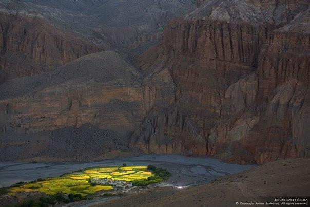 «Колыбель жизни». Деревня Чуксанг в Верхнем Мустанге, Непал. Автор фото — Антон Янковой